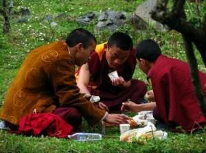 在吃饭的藏民