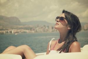 晒日光浴的女孩