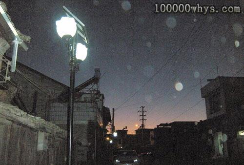 为什么有的路灯只在夜间有人经过时才自动亮起